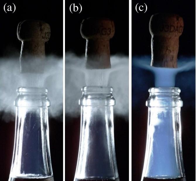 샴페인 마개를 열때나온 연기로 a는 6도로 저온저장했을때이며, b는 12도 c는 20도 저장했을때 모습이다 - Université de Reims Champagne- 제공